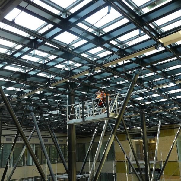 Průjezd přístupové lávky ocelovou konstrukcí