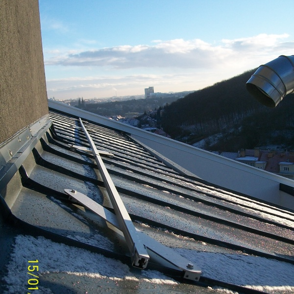 Jistící kolejnice SecuRail na švové střeše - dvojité stojaté drážce